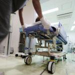 救急車で運ばれてきた方の処置を行います。